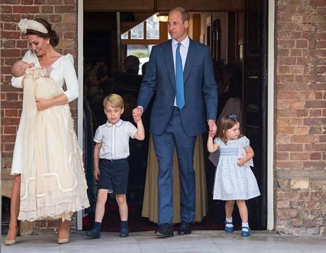 Kuvassa Williamin ja Catherinen perhe pikkuprinssi Louisin kastejuhlassa heinäkuussa 2018.