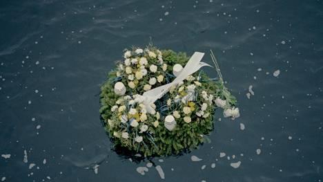 Muistoseppele kelluu meressä lähellä Estonian uppamispaikkaa.
