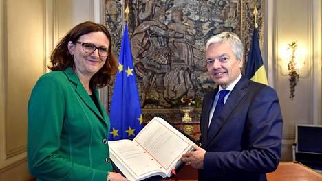 EU:n kauppapolitiikasta vastaava komissaari Cecilia Malmström ja Belgian ulkoministeri Didier Reynders juhlivat CETA-sopimuksen syntyä lauantaina Brysselissä.