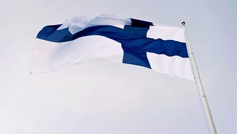 Suomen itsenäisyyspäivän vietto alkoi perinteisin menoin, kun valtakunnallinen lipunnosto järjestettiin Helsingin Tähtitorninmäellä aamuyhdeksältä 6. joulukuuta 2017.