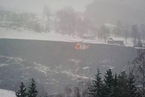 Helikopterit auttavat pelastustöissä.
