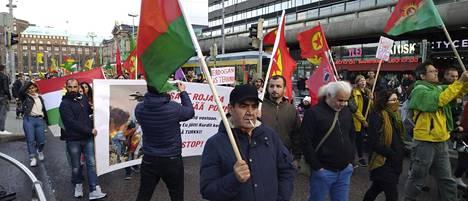 Kuvassa mielenosoittajien kulkue marssii Rautatieaseman edessä Helsingissä lauantaina 19. lokakuuta.