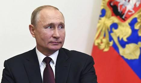 Vladimir Putin määräsi voitonpäivän paraatin pidettäväksi 24. kesäkuuta ja perustuslain kansanäänestyksen 1. heinäkuuta. Molemmat ovat keskiviikkoja ja kansalle ylimääräisiä vapaapäiviä.