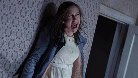 Lorraine Warren tutki paranormaaleja ilmiöitä myös tosielämässä. Elokuvassa häntä näyttelee Vera Farmiga.