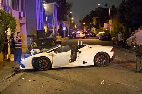 Rap-artisti NBA Youngboyn väitetään kaahanneen ökyautolla asuinalueella törmäten kolmeen muuhun ajoneuvoon.