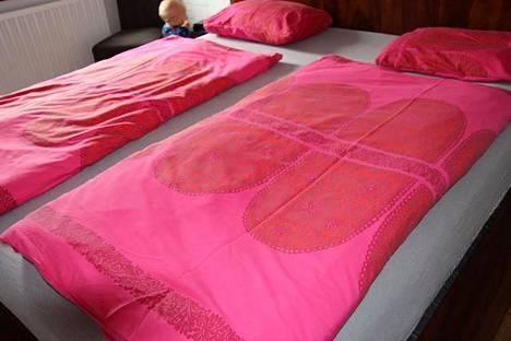 Saksassa petivaatteet pedataan sänkyyn poikittain ja taitellen kolmeen kerrokseen, ei pitkittäin, kuten meillä päin on totuttu.