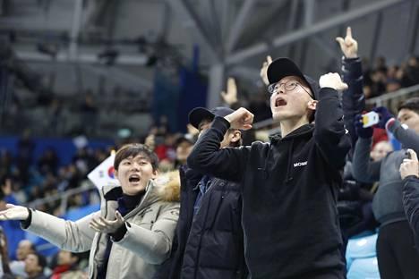 Korealaisfanit vastasivat siitä, että tunnelma oli kohdallaan.