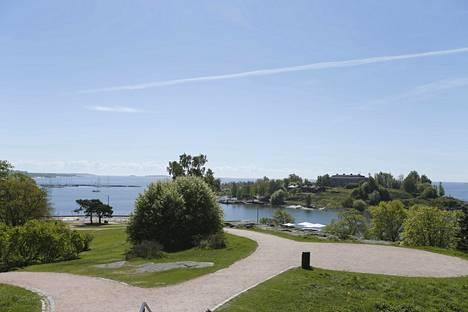 Kaivopuiston ranta-alueelta on suora näkymä näytösalueelle meren ylle.