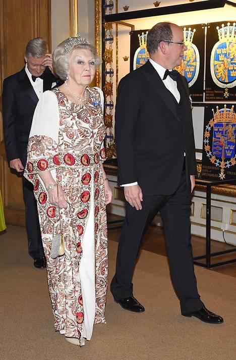 Prinsessa Beatrix ja ruhtinas Albert saapuivat yhtä matkaa juhlaillalliselle.