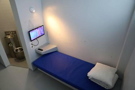 Tutkintavankien selleissä on muun muassa televisio ja yksinkertainen sänky.