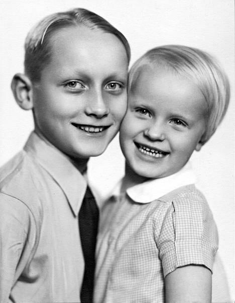 Lasse ja Karin poseeraavat valokuvaajalle 1930-luvun lopulla.