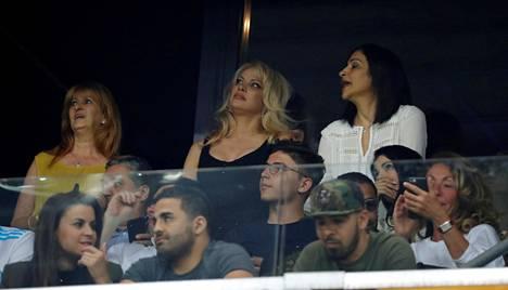 Pamela Anderson (ylhäällä keskellä) kuvattiin keväällä 2018 katsomassa Marseillessa pelanneen Adil Ramin Eurooppa-liigan ottelua RB Salzburgia vastaan.