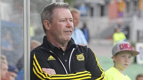 Ilveksen päävalmentaja Keith Armstrong ei ollut tänään joukkueensa vaihtopenkillä ottelussa SJK:ta vastaan. Kuva on kesäkuulta.