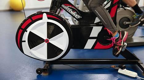 Wattbike on kompaktin kokoinen. Pyörä pitää kohtalaisen kovaa ääntä, mutta on oiva vaihtoehto himopyöräilijän talvitreenaamiseen jopa kotioloissa.