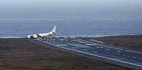 Matkustajalentokone suistui kiitoradalta ja pysähtyi vain metrejä ennen mereen syöksymistä Kanariansaarilla perjantaina.