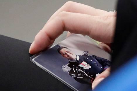 Mario Cerciello Regan leski Rosa Maria Esilio piti oikeudessa heinäkuussa mukanaan aviomiehensä kuvaa.