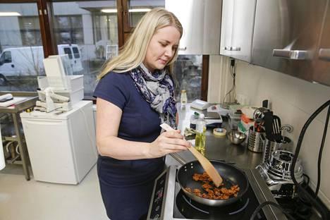 Nyhtökaura saa ruskean pinnan parin minuutin paistolla. Kuvassa Golden&Green Foodsilta Reetta Kivelä.