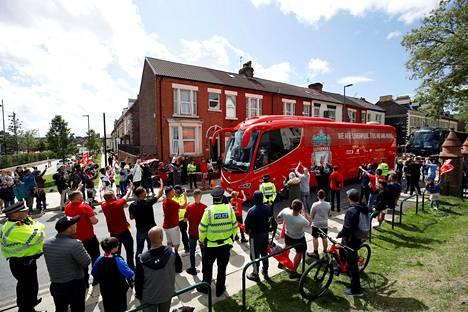 Rauhallinen fanien joukko vastaanotti suosikkejaan sunnuntaina Anfieldillä.