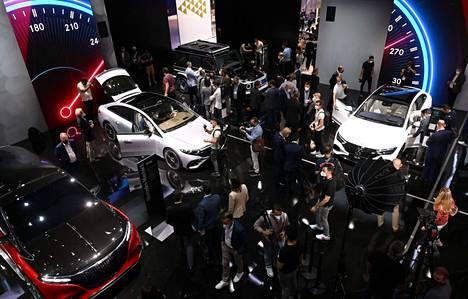 Mercedes-Benz otti näyttelyn haltuun sekä autojen määrällä että sunnuntai-illalla tapahtuneella varaslähdöllä – jossa esiteltiin kerralla peräti kahdeksan uutuusmallia. Niistä viisi oli täyssähköautoja sekä yksi erittäin suorituskykyinen lataushybridi. Illan shown varasti kuitenkin uusi EQE-sarja.