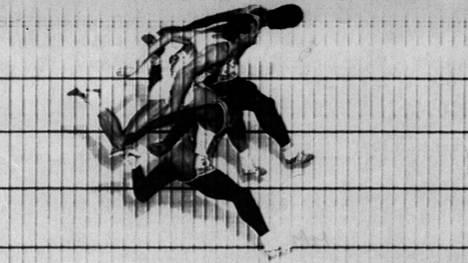 Edwin Moses (kuvassa ylimpänä) heittäytyi ensimmäisenä yli maalilinjan ajassa 47,46. Aika mitataan urheilijan rintakehästä. Sekä Harald Schmid (kesk.) että Danny Harris (alimpana) hävisivät Mosekselle 0,02 sekuntia.