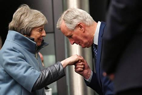 EU:n brexit-neuvottelija Michel Barnier kumartui suutelemaan Britannian pääministerin Theresa Mayn kättä maanantaina Strasbourgissa.