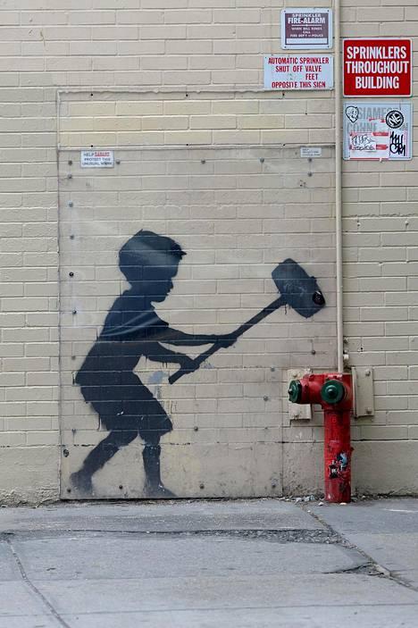 Vuonna 2013 maalattu teos New Yorkissa. Massive Attack konsertoi kaupungissa samaan aikaan, kun sinne ilmestyi Banksyn seinämaalauksia.