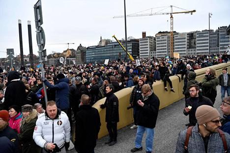 Protestissa vastustettiin erityisesti yli kahdeksan hengen kokoontumiset kieltävää määräystä.