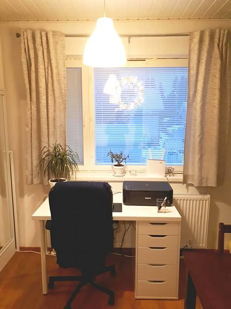 Yksiössä asuva valitsee työpöydäksi laatikollisen pöydän, sillä säilytystilalle on tarvetta.