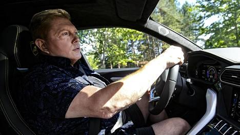 Kun Vesa Keskinen aloitti yt-neuvottelut, hänestä samaan aikaan tuli yli miljoona euroa maksaneen Lamborghinin omistaja (kuvassa Keskinen vanhan Lamborghininsa ratissa). Siitä syntyi parranpärinää somessa. Nyt Tuurin yt-neuvottelut ovat päättyneet.