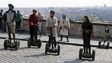 Nämä turistit osallistuivat Segway-ajelulle Prahassa syyskuun kymmenentenä päivänä.