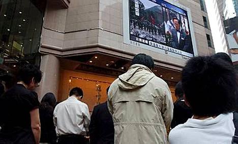Hongkongilaiset hiljentyivät muistamaan Kiinan maanjäristyksen uhreja.