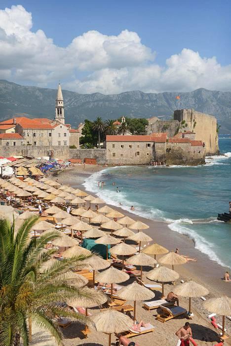 Budvassa on kaunis pieni vanhakaupunki, paljon ravintoloita ja monta suosittua uimarantaa.