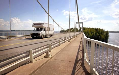 Hieman vanhemmallakin menopelillä kelpaa huristella kauniissa Suomen kesässä.