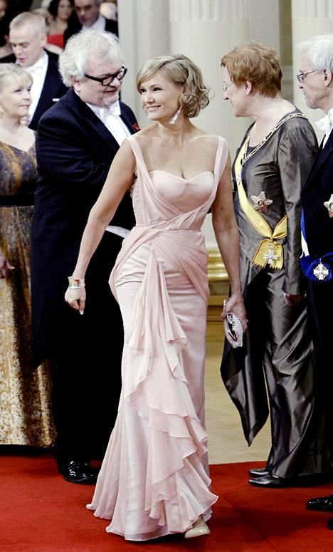 Korhola luotti useana vuonna pukuliike Meslewin Leena Jaakkolan pukuihin. Vuonna 2011 vuorossa oli vaaleanpunainen unelma.