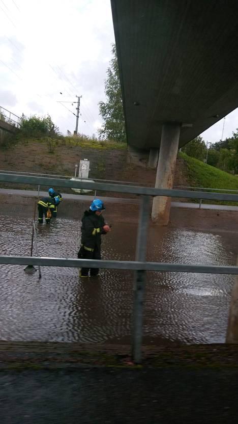 Pelastuslaitos saapui avaamaan veden valloittamaa ajorataa Siuntiossa.