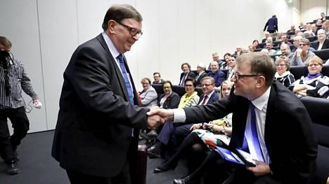 Paavo Väyrynen ja Juha Sipilä paiskasivat kättä Seinäjoella piirikokouksessa.