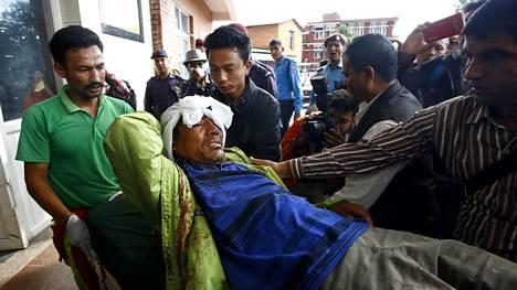 Nepalin Dhadingissa tapahtuneessa bussionnettomuudessa loukkaantunutta miestä kuljetettiin sairaalahoitoon tiistaina.