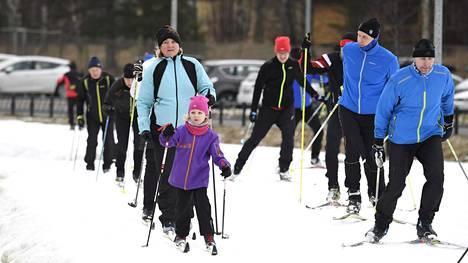 Hiihtäjiä Oittaan ulkoilualueen keinolumiladulla Espoossa lauantaina 15. helmikuuta. Poikkeuksellisen lämmin talvi on supistanut harrastajien hiihtomahdollisuudet pääkaupunkiseudulla lähes olemattomiksi.