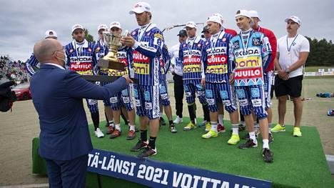 Pesäpalloliiton puheenjohtaja Ossi Savolainen luovutti kiertopokaalin Idän joukkueen kapteenille Toni Kohoselle Itä–Länsi-ottelun jälkeen Porissa lauantaina.