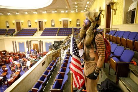 Mielenosoittajat huutelivat istuntosalin lehtereillä.