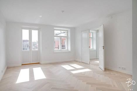 Asunnossa on kalanruotoparketti ja vaaleat pinnat. Lisäksi asunnossa on vesikiertoinen lattialämmitys ja viilennyksellä varustettu ilmanvaihtojärjestelmä.