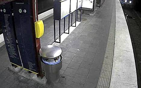 Kiskoille jätetty mies jäi junan yliajamaksi.