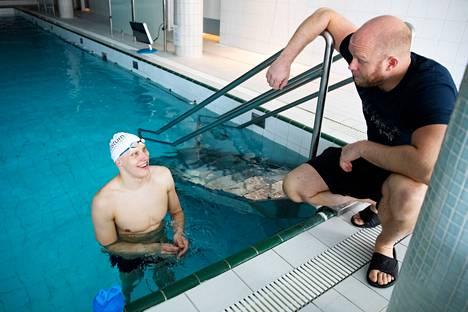 Eetu Karvonen on valmentanut Matti Mattssonia alkuvuodesta 2017 alkaen. Kaksikko kuvattuna huhtikuussa 2020 Yyterin virkistyshotellin 17-metrisessä altaassa.