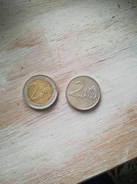 Vasemmalla tavallinen kaksieuronen, oikealla kioskilta saatu virhekolikko.