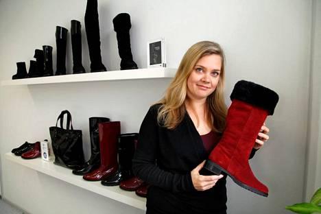 Anu Haalahdella on kotonaan kymmeniä kenkiä kaikkialla, rapun allakin. – Silti minulla oli viime viikolla ongelma, että ei ollut sellaisia kenkiä, joita olisin tarvinnut. Olisin tarvinnut vaaleanpunaiset avokkaat.