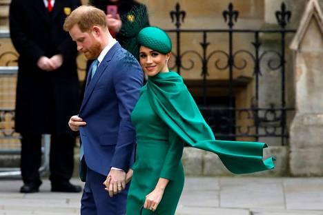 Kuninkaallisissa edustustilaisuuksissa Meghan luotti hovin etikettiin. Hänellä nähtiin usein hattu, hänen hiuksensa olivat kiinni ja hän oli pukeutunut tyylikkäisiin asukokonaisuuksiin.