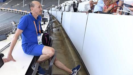 Valmennusjohtaja Jorma Kemppainen vastaili toimittajien kysymyksiin Berliinin olympiastadionilla sunnuntaina.