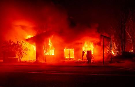 Kymmeniä koteja ja muita rakennuksia tuhoutui Greenvillessä keskiviikkona.