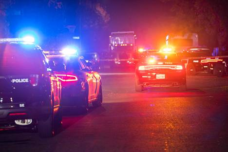 Poliisiautoja rikospaikalla Kaliforniassa sunnuntaina.