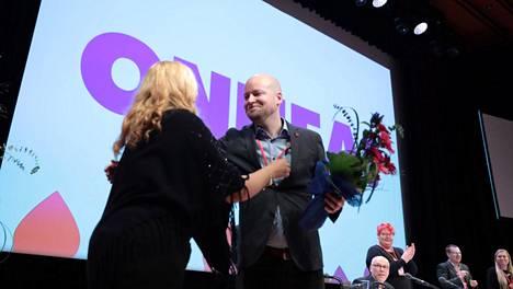 Jussi Saramo saa onnittelut tultuaan valituksi ensimmäiseksi varapuheenjohtajaksi.